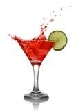 Rode cocktail met plons en kalk Stock Foto's