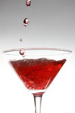 Rode cocktail op wit stock fotografie