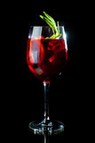 Rode cocktail op zwarte achtergrond Stock Foto