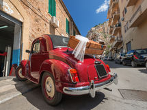 Rode convertibele retro auto Stock Afbeeldingen