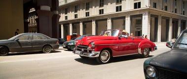 Rode Cubaanse auto stock afbeelding