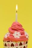 Rode cupcake met gele achtergrond Royalty-vrije Stock Afbeelding