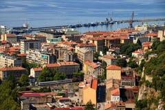 Rode daken de van de binnenstad van Rijeka met trein, bussen en schepen Kroatië royalty-vrije stock foto