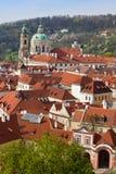 Rode daken in Praag Stock Afbeeldingen