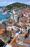 Rode daken van Gespleten Kroatië Stock Afbeeldingen