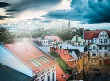 Rode daken van huizen, en de donkere hemel boven de straat in de oude Europese stad Royalty-vrije Stock Foto