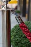 Rode dauw vóór de hotelingang Stock Foto's