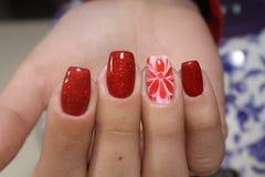 Rode de bloemenspijkers van het manicureontwerp Stock Afbeelding