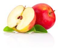 Rode de geïsoleerde appelen en helft met groene bladeren Stock Afbeeldingen