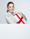 Rode de giftdoos glimlach van de Bedrijfsvrouwengreep Stock Afbeeldingen