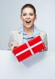 Rode de giftdoos glimlach van de Bedrijfsvrouwengreep Royalty-vrije Stock Foto