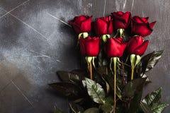 Rode de moeders de dag van de vrouwen van de valentijnskaartendag nam giftverrassing op donkere achtergrond toe Stock Foto