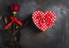 Rode de moeders de dag van de vrouwen van de valentijnskaartendag nam de verrassing van de het hartvorm van de giftdoos toe Stock Foto