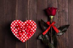 Rode de moeders de dag van de vrouwen van de valentijnskaartendag nam de verrassing van de het hartvorm van de giftdoos toe Stock Fotografie