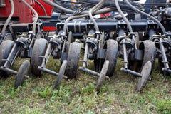 Rode de tractor dichte omhooggaand van mechanisme moderne technologie op een landbouwgebied Royalty-vrije Stock Foto's
