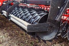 Rode de tractor dichte omhooggaand van ploeg moderne technologie op een landbouwgebiedsmechanisme Stock Foto