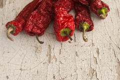 Rode In de zon gedroogde Peper een mand op houten lijst Royalty-vrije Stock Foto