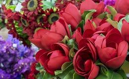 Rode decoratieve bloemen voor feestelijke binnenhuisarchitectuur royalty-vrije stock foto