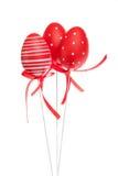 Rode decoratieve paaseieren met linten Stock Foto's