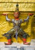 Rode demonbeschermer ondersteunend Wat Phra Kaew, Bangkok, Thailand royalty-vrije stock fotografie