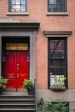 Rode deur, flatgebouw, de Stad van New York Stock Fotografie