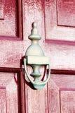 Rode Deur met bronsornamenten stock afbeelding