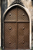Rode deur op oud grijs muurhuis royalty-vrije stock foto's