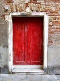 Rode deur in Venetië royalty-vrije stock afbeeldingen