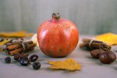 Rode dichte omhooggaand van het granaatfruit op lijst Selectieve nadruk Royalty-vrije Stock Afbeeldingen
