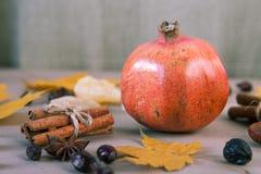 Rode dichte omhooggaand van het granaatfruit op lijst Selectieve nadruk Royalty-vrije Stock Afbeelding