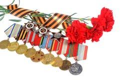 Rode die anjers met het lint van Heilige George, medailles, orden worden gedraaid Royalty-vrije Stock Foto's