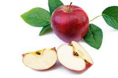 rode die appelen met bladeren op witte achtergrond worden geïsoleerd Stock Afbeeldingen