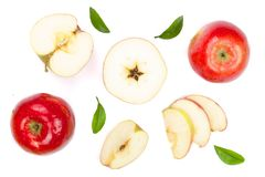 Rode die appelen met plakken en bladeren op witte hoogste mening worden geïsoleerd als achtergrond Reeks of inzameling Vlak leg p Stock Foto's
