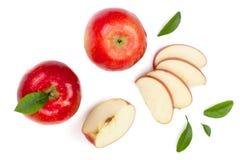 Rode die appelen met plakken en bladeren op witte hoogste mening worden geïsoleerd als achtergrond Reeks of inzameling Vlak leg p Royalty-vrije Stock Foto