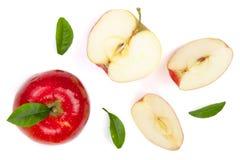 Rode die appelen met plakken en bladeren op witte hoogste mening worden geïsoleerd als achtergrond Reeks of inzameling Vlak leg p Stock Afbeeldingen