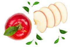Rode die appelen met plakken en bladeren op witte hoogste mening worden geïsoleerd als achtergrond Reeks of inzameling Vlak leg p Royalty-vrije Stock Foto's