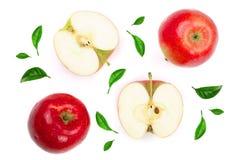 Rode die appelen met plakken met groene die bladeren worden verfraaid op witte hoogste mening worden geïsoleerd als achtergrond V Stock Afbeeldingen