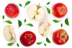 Rode die appelen met plakken met groene die bladeren worden verfraaid op witte hoogste mening worden geïsoleerd als achtergrond V Royalty-vrije Stock Afbeeldingen