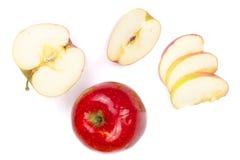 Rode die appelen met plakken op witte hoogste mening worden geïsoleerd als achtergrond Reeks of inzameling Vlak leg patroon Royalty-vrije Stock Foto's