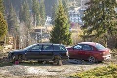 Rode die auto in recreatiestreek wordt geparkeerd en oude roestige gebroken afvalauto na neerstortingsongeval zonder wielen op ho royalty-vrije stock foto's