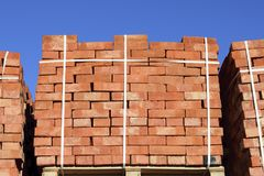 Rode die bakstenen in kubussen worden gestapeld Pakhuisbakstenen Opslagbrickwo Stock Foto