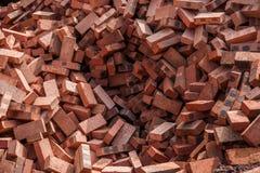 Rode die bakstenen op bouwwerven worden gestapeld Royalty-vrije Stock Afbeeldingen