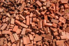 Rode die bakstenen op bouwwerven worden gestapeld Stock Afbeeldingen