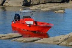 Rode die boot in de overzeese lagune wordt vastgelegd royalty-vrije stock afbeelding