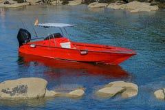 Rode die boot in de overzeese lagune wordt vastgelegd royalty-vrije stock foto's