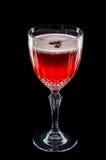 Rode die cocktail met schuim en rozenbloemblaadje hierboven wordt gezien van Royalty-vrije Stock Foto