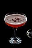 Rode die cocktail met schuim en rozenbloemblaadje hierboven wordt gezien van Royalty-vrije Stock Foto's