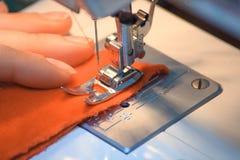 Rode die draad in naaimachine wordt geplooid Naai kleren door handen Het nieuwjaar komt Het naaien voor nieuwe jaar en Kerstmis royalty-vrije stock afbeeldingen