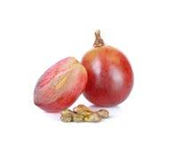 Rode die druif en zaad op de witte achtergrond wordt geïsoleerd Stock Afbeeldingen
