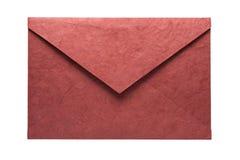 Rode die envelop van natuurlijk die vezeldocument wordt gemaakt op witte bac wordt geïsoleerd Stock Foto